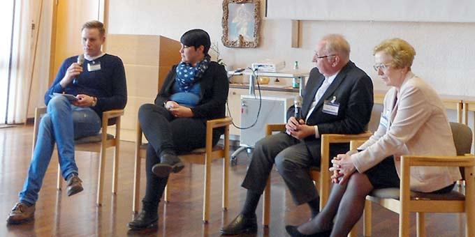 Christian Schulze (l.) als Anwalt des Publikums moderierte das Podiumsgespräch mit Dr. Kathrin Bieler, Dr. Peter Wolf und Dr. Gertrud Pollak (Foto: Söder)