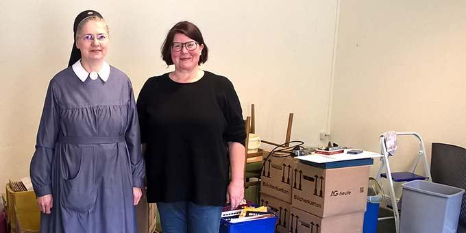 Schwester Marie-Siegrun mit einer weiteren Helferin (Foto: Brehm)