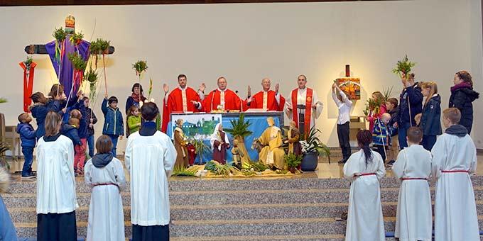 Alle anwesenden Kinder die wollten, hat Bischof Bätzing rund um den Altar zum Gebet eingeladen (Foto: Pilgerzentrale)
