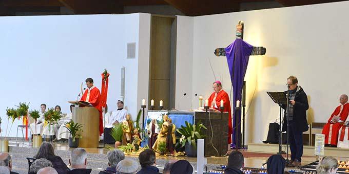 Zur Palmsonntagsliturgie gehört es, dass die Leidensgeschichte Jesu in verteilten Rollen vorgetragen wird (Foto: Bistum Limburg)