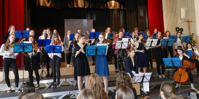 """""""Einige Abiturientinnen spielten im Schulorchester mit"""" (Foto: SMS)"""