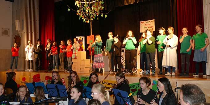 Das Ensemble mit dem Schulorchester (Foto: Schmitz)