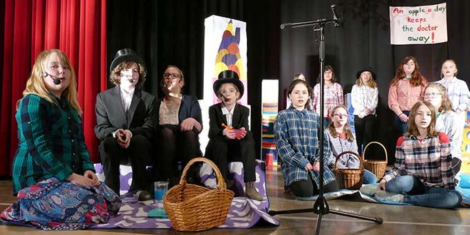 """Schülerinnen der Schönstätter Marienschule haben das Musical """"Das Apfelkomp(l)ott"""" einstudiert (Foto: Schmitz)"""
