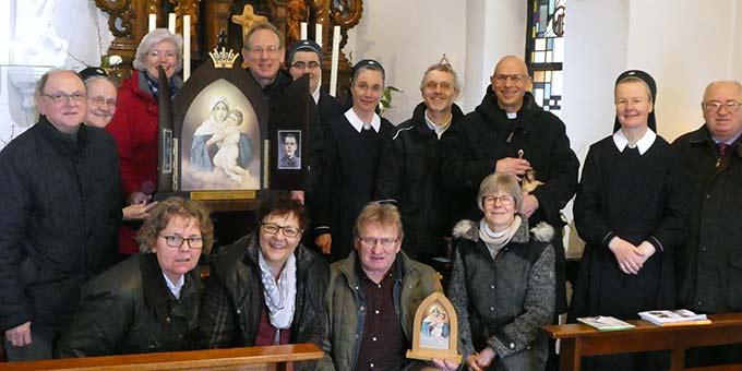 Mit der Europa-Auxiliar, der Königin der Neuevangelisierung Europas, im Heiligtum der Einheit in Cambrai (Foto: PrPH)