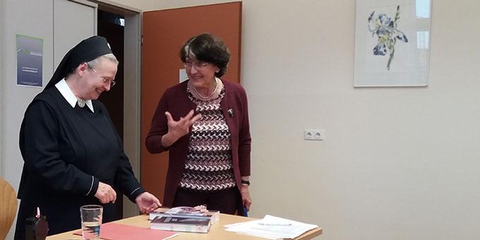 Maria Kiess dankt der Autorin für ein ganz besonderes Buch, das den Gründer Schönstatts, Pater Josef Kentenich, erlebbar macht (Foto: Kiess)