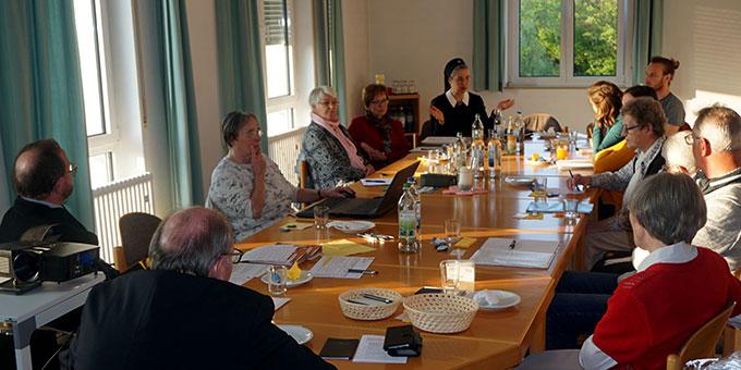 Intensiv diskutiert wurde in der neuen Diözesanleitung über aktuelle Schönstatt-Projekte im Bistum Würzburg (Foto: Fella)