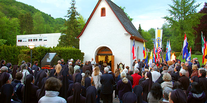 Das recht kühle Maiwetter konnte die Besucher und Beter am Urheiligtum in Schönstatt, Vallendar, nicht abhalten (Foto: Brehm)