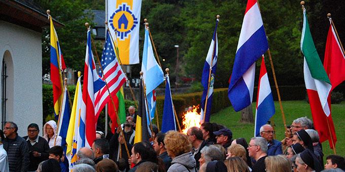 Auf dem Pilgerweg zum Urheiligtum waren wie immer die Länder der Erde mit ihren Fahnen vertreten (Foto: Brehm)