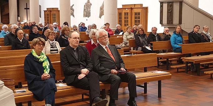 Teilnehmer aus verschiedenen christlichen Gemeinschaften haben sich zum Gebet versammelt (Foto: Markus Meyer)