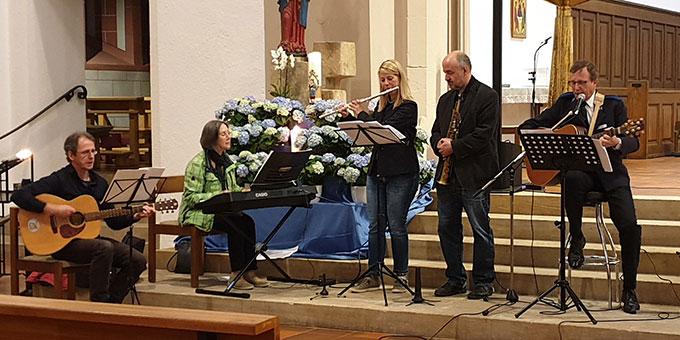 Eine AdHoc Musikgruppe gestaltete das Gebet musikalisch (Foto: Markus Meyer)
