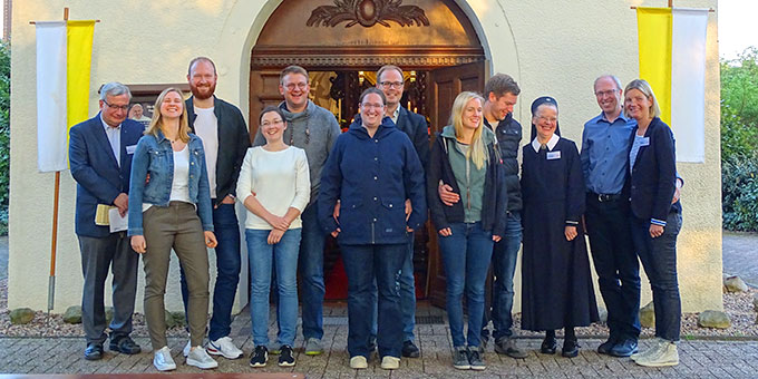 """Die teilnehmenden Paare am Ehevorbereitungskurs """"Intensiv"""" im Schönstattzentrum Borken (Foto: Rechtien)"""
