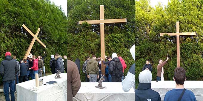 In der Nähe des Schönstatt-Heiligtums, Cambrai, stellt die ein neues großes Kreuz auf (Foto: David Faust)