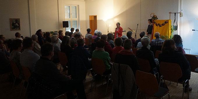 Schwester Annetraud begrüßt im vollen Vortragssaal (Foto: Wolfgang Fella)