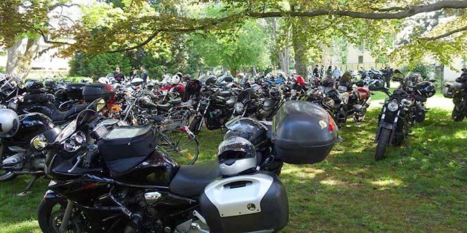 Parken im Park - Fast 100 Biker und Bikerinnen anlässlich der Motorradsegnung im Schönstattzentrum Trier (Foto: Brück)