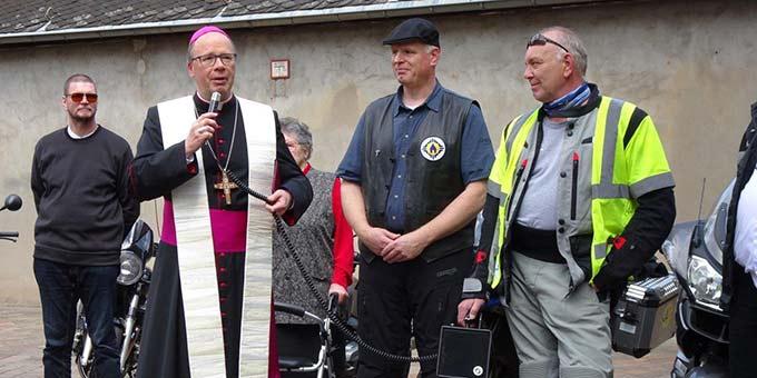 Bischof Stefan Ackermann segnet die Motorradfahrer und ihre Maschinen (Foto: Brück)