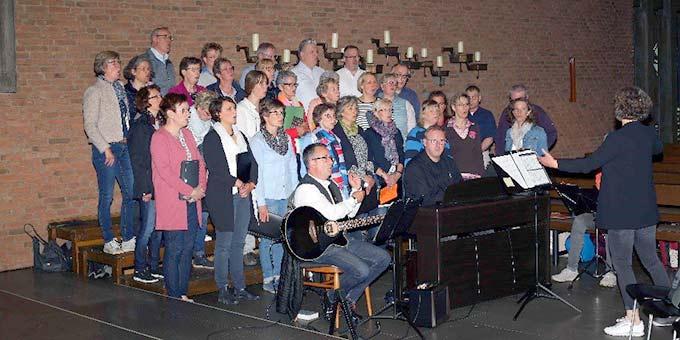 Der Emmaus-Chor zündet durch seine musikalische Gestaltung Flammen in den Herzen (Foto: Andreas Mäsing)