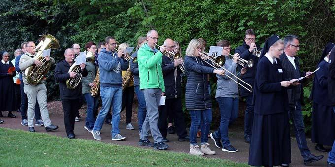 Eine Gruppe des Borkener Blasorchesters unter Leitung von Jörg Windbrake gestaltete die Prozession musikalisch mit (Foto: Andreas Mäsing)