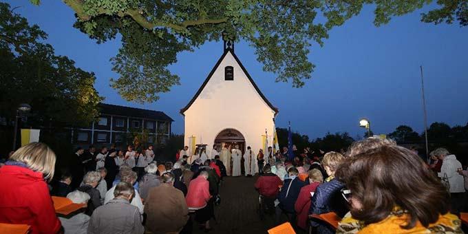 Mit einer Lichterprozession zum Schönstatt-Heiligtum wurde in Borken der Marienmonat Mai eröffnet (Foto: Andreas Mäsing)