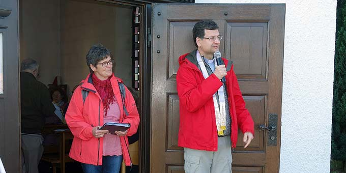 Elisabeth Liebl und Pater Lothar Herter begrüßen die Pilger (Foto: Lohaus)