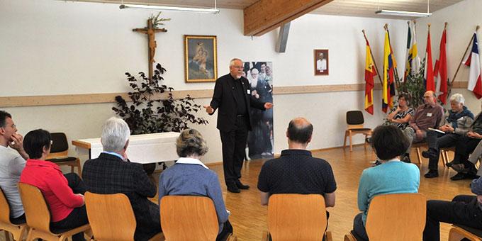 Pater Elmar Busse ISch, Fachbereichsleiter Spiritualität in der Katharina Kasper Akademie, Dernbach, regte die Paare mit Impulsen zur Partnerschaft zum Nachdenken und Austausch an (Foto: Burkart)