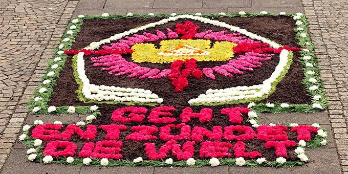 Der Blumenteppich am 2. Altar der Prozession präsentiert das Motto der Feier (Foto: Sr. M. Maritta Zell)