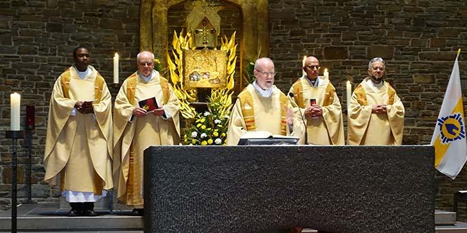 Pater Antonio Bracht ISch, Rektor des Urheiligtums in Schönstatt, steht der Feier vor (Foto: Sr. M. Maritta Zell)
