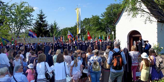 Gut 1200 Personen nahmen an der Fronleichnamsfeier auf Berg Schönstatt in Vallendar am Sonntag, 23. Juni 2019 teil (Foto: Sr. M. Maritta Zell)