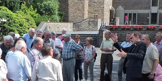 Pfarrer Jörg Simon mit der Gruppe auf Berg Schönstatt (Foto: Manfred Schemel)