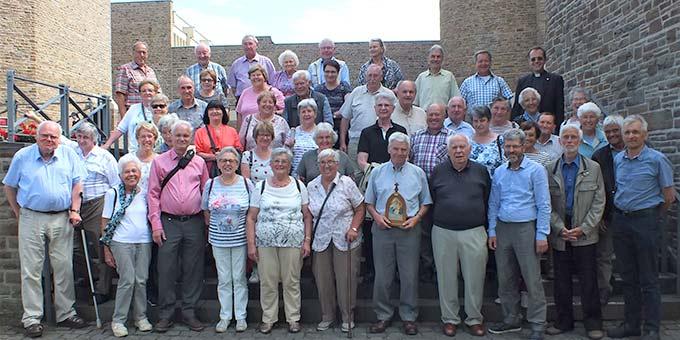Die Pilgergruppe vor dem Brunnen der Anbetungskirche auf Berg Schönstatt in Vallendar (Foto: Manfred Schemel)