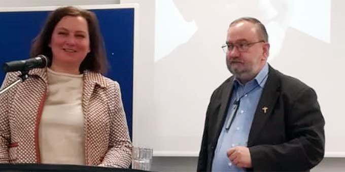 Dr. Alicja Kostka dankt Prof. Pater Dr. Joachim Schmiedl ISch für seine Beiträge zu Ferdinand Kastner und Alexander Menningen (Foto: privat)