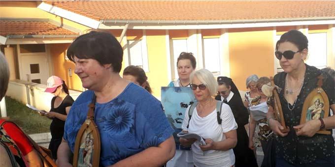 """Dr. Alicja Kostka, Bildmitte, trägt ein Bild Josef Englings zur """"Domus Pater Kentenich"""", dem Bildungs- und Begegnungshaus des internationalen Schönstattzentrums Belmonte, Rom (Foto: privat)"""