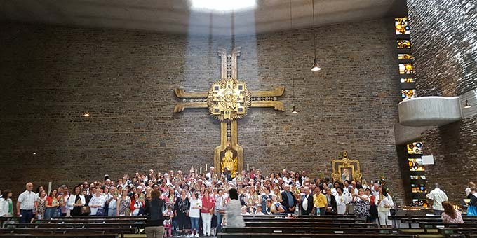 Gruppenfoto in der Anbetungskirche. Die Sonne erfüllt den Raum mit besonderen Strahlen (Foto: Pilgerzentrale)