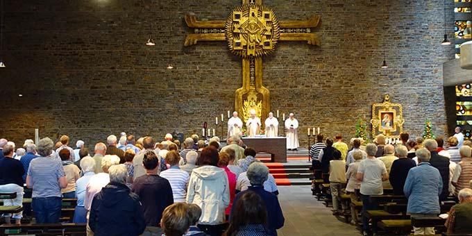 Bischof Bode griff in der Predigt das Motto der Wallfahrt auf: Licht für die Welt- Apostelzeit. Er stellte die Frage, wie sich das Apostel-Sein heute gestaltet. (Foto: Pilgerzentrale)