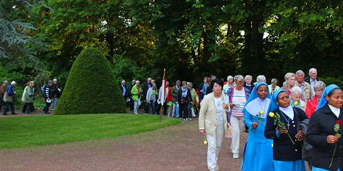 Die traditionelle Rosenprozession führt durch die Parkanlage des Zentrums (Foto: H. G.- Schmitz)