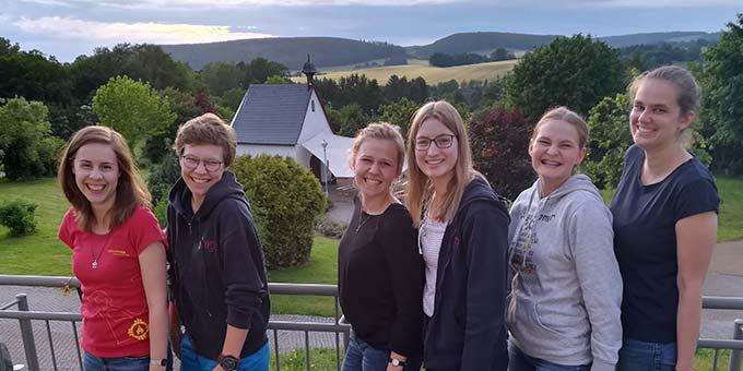 """Die Teilnehmerinnen der Heiligtumstour 2019 im """"Kleinen Paradies"""" in Heiligenstadt (Foto: Rebecca Knoblauch)"""