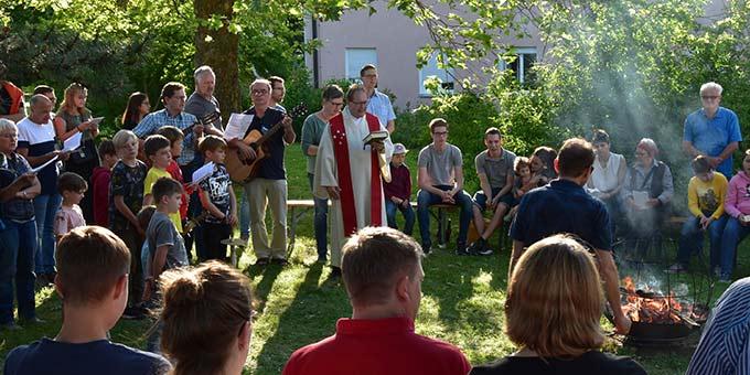 Der Pfingstgottesdienst klingt am Pfingstfeuer aus  (Foto: Phillipp Scherer)