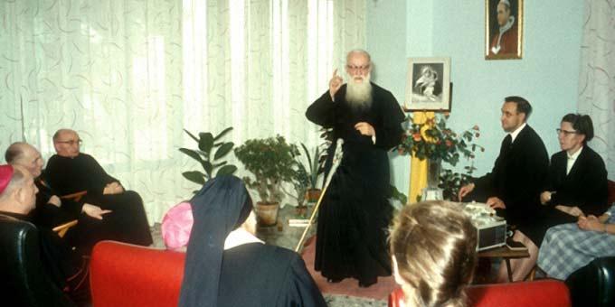 PaterKentenich spricht 1965 zu Mitgliedern des Generalpräsidiums in Rom (Foto: Archiv)