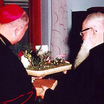 """Bischof Heinrich Tenhumberg überreicht Pater Kentenich ein symbolisches """"Schönstattzentrum"""" in Rom (Foto: Archiv)"""