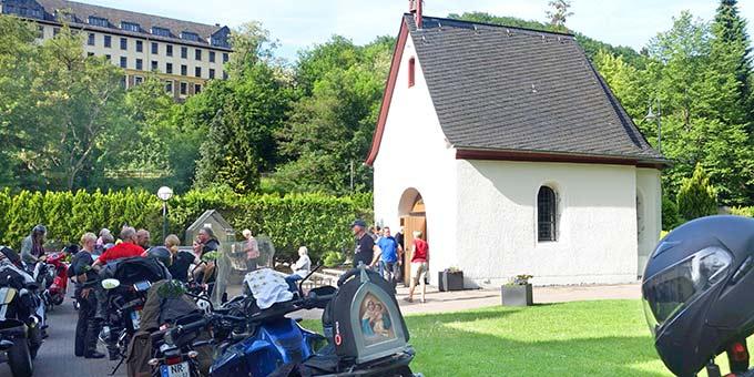 Die Ausfahrt anlässlich der 15. Motorradwallfahrt nach Schönstatt endet traditionell an der Gnadenkapelle, wo die Biker einen persönlichen Segen empfangen können (Foto: Pilgerzentrale)