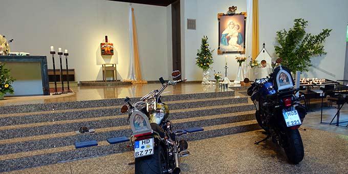 Stellvertretend für alle Motorradwallfahrer standen zum Abschlussgottesdienst zwei Maschinen in der Pilgerkirche (Foto: Pilgerzentrale)
