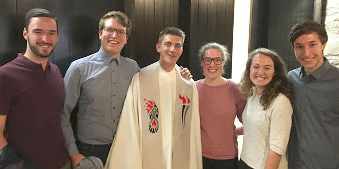 Mitglieder des Kernteams der NdH-Vorbereitung feiern zusammen mit dem Neupriester Schönstatt-Pater Felix Geyer dessen Priesterweihe (Foto: P. Joselo)