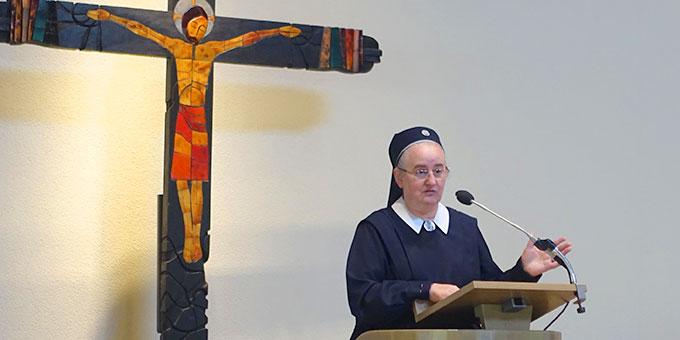 Schwester Theres-Marie Mayer plaudert aus dem Nähkästchen der Pilgerkirche (Foto: Pilgerzentrale)