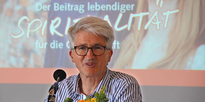 """Prof. Dr. Markus Vogt, Ludwig-Maximilians-Universität (LMU), München, spricht beim Studientag """"Der Beitrag lebendiger Spiritualität für die Gesellschaft"""" in Schönstatt, Vallendar (Foto: Brehm)"""