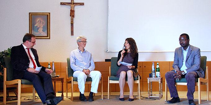 Podiumsgespräch mit (von links) Prof. Dr. Joachim Söder, Prof Markus Vogt, Theresia Strunk (Moderation) und Pater Déogratias Maruhukiro ISch (Foto: Brehm)