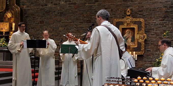 Mitbrüder aus der Gemeinschaft der Schönstatt-Patres haben die musikalische Gestaltung der Feier übernommen (Foto: Grabowska)