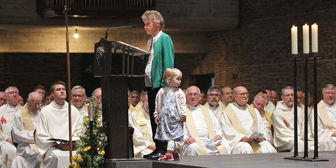 Die Mutter des Weihekandidaten trägt die erste Lesung vor. Dass sich die Nichte von Felix Geyer mit dazu gesellt, interpretiert Bischof Gerber als ein prophetisches Zeichen (Foto: Grabowska)