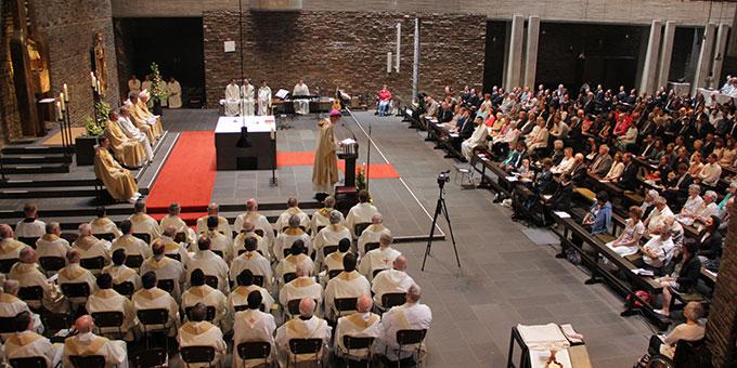 Viele Mitbrüder, Freunde und Wegbegleiter sind zur Priesterweihe in die Dreifaltigkeitskirche, Berg Schönstatt, Vallendar, gekommen (Foto: Grabowska)