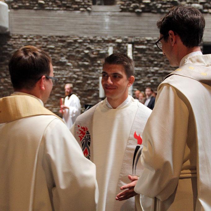 Pater Felix Geyer erhält die Priester-Gewänder (Foto: Grabowska)