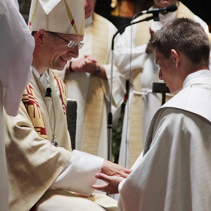 Zum Zeichen seiner Anteilnahme am königlichen Priestertum Jesu Christi werden seine Hände mit Crisam-Öl gesalbt (Foto: Grabowska)