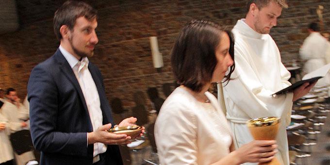Bruder und Schwägerin bringen Kelch und Patene die der Bischof dem Neupriester für seinen priesterlichen Dienst am Altar überreicht (Foto: Grabowska)
